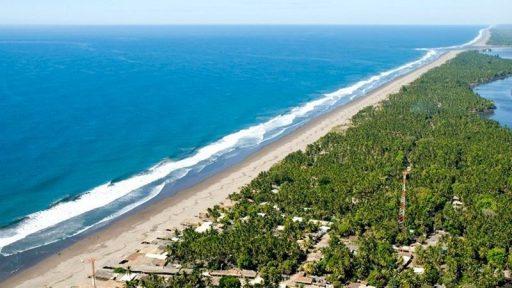 La naturaleza constituye el más bello atavío para cualquier nación del mundo. El Salvador no escapa a esta regla. Ubicado en América Central, este pequeño pero hermoso país posee colosales montañas, zonas volcánicas, lagos, reservas de flora y fauna y espectaculares playas enclavadas en el Océano Pacífico. En El Salvador nos encontramos con más de 300 kilómetros de costa que forman amplias y estupendas playas. Estas convidan a sumergirse en sus aguas cristalinas y de un azul infinito y combinan con cielos bañados de oro y escarlata en míticos atardeceres. Particularidades de las Playas de El Salvador Las aguas del Pacífico ofrecen impresionantes olas que convierten al litoral salvadoreño en el edén de los surfistas y sus arenas son la base perfecta para adentrarse en el emocionante fútbol de playa que se ha convertido en una pasión desbordada tanto para sus propios habitantes como para los turistas. El Salvador comparte sus aguas en su extremo oriental con Honduras y Nicaragua, justamente en el departamento de la Unión. Desde allí se puede llegar en lancha a la hermosa isla La Meanguera. La vegetación engalana la costa con fantásticos manglares: Estero de La Barra de Santiago, Estero de Jaltepeque y la Bahía de Jiquilisco. Justamente, en la parte de la Bahía, se practican los populares deportes acuáticos: ski, natación, navegación, kayaking, snorkeling, pesca y otros no menos atractivos. Siendo las costas de El Salvador uno de los más grandes atractivos turísticos del país centroamericano, las autoridades municipales se han esmerado en mantener las carreteras en buen estado, debidamente pavimentadas. Asimismo, la carretera costera conecta perfectamente con todas las playas. A la Hora de Degustar Existen además, una variedad importante de sitios para degustar exquisitos platos marinos como ostras, langostas, camarones, pescados, calamares, pulpos, caracoles y otras delicias del mar. Todo esto acompañado del trato afectuoso y gentil del gentilicio salvadoreño. Las cin